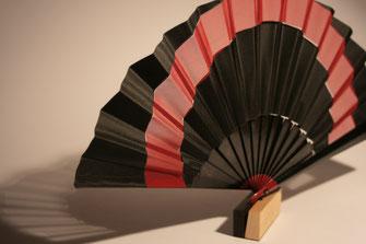 Ahorn, schwarz gebeizt, mit schwarzem Seidentaft und rotem Seidenchiffon