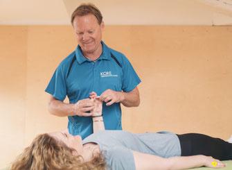 Rainer Höhnle-Stern führt die NMS Anwendung an einem Kundin in seiner Physiotherapie an.