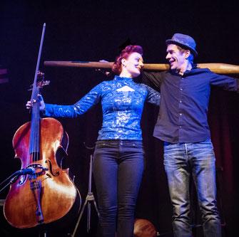 Klassische Cellistin mit 5saitigem Cello mit Didjeridoo Musiker #weltmusik #cellocrossing #crossover