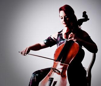 Solo spielende Instrumentalistin spielt auf dem Resonanzcello Campanula #trauermusik #beerdigung