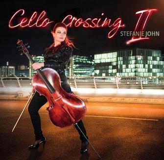 Cellistin Stefanie John mit roten Haaren und Basscello beim #cellocrossing in Berlin