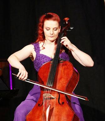Stimmungen des Momentes intuitiv wahrnehmen und als klangvolle Cellomusik hörbar machen - Stefanie John live auf ihrer selbst gebauten Campanula (Resonanzcello)