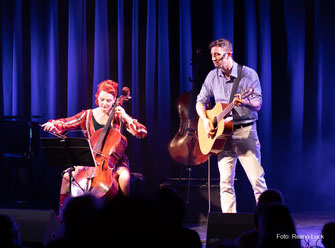 Cello-Spielerin Stefanie John auf der Bühne mit dem Singer Songwriter David Blair (bekannt aus Voice of Germany Staffel 2017) | Berlin based cello player Stefanie john on stage with singer songwriter David Blair at concert #cellocrossing