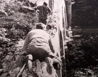 Fort de Vancia : piste du risque, sur la tyrolienne double, SGT SZONDI, de face, SCH CLÉMENÇON (Fonds Szondi)