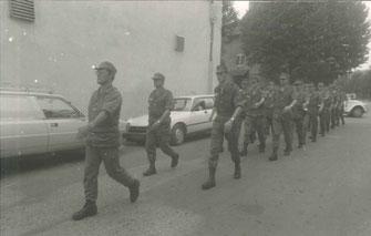 Aux ordres du CNE Thierrée, la 3e Cie (cadres) rejoint la place d'Armes