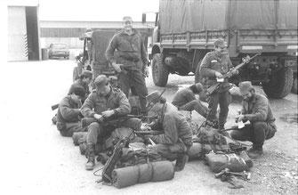 La 4e Cie peu avant le départ du raid : debout ADC MATTEVI, accroupi à droite LTN CATIL