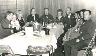 Gala des officiers de réserve de Lyon (A.O.R.L.) 1976 : Madame SOUBRANE avec à sa g. le CBA ROUX-MAYOUD, second de l'E.M.T. 2