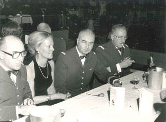 Gala des officiers de réserve de Lyon (A.O.R.L.) 1976 : Madame SOUBRANE avec à sa g. le LCL CHAZIT, commandant l'E.M.T. 2