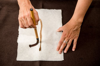Beim Malen einer Kraftspur. © Birgit Roschach