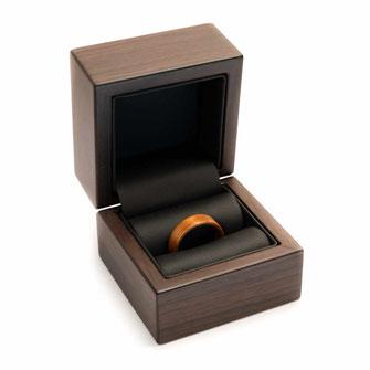 Ringetui für einen 1 Ring zum aufklappen, in Nussholz-Optik schwarzer Kunstledereinsatz, für Holzringe, Verlobungsringe,Geschenke Geschenkbox , Ringbox, Ringschachtel, Schatulle www.holz-liebe.at/shop