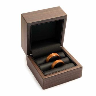 Ringetui für zwei Ringe zum Aufklappen, in Nussholz-Optik schwarzer Kunstledereinsatz, für Holzringe, Verlobungsringe, Trauringe, Eheringe, Partnerringe aus Holz, Geschenke Geschenkbox , Ringbox, Ringschachtel, Schatulle www.holz-liebe.at/shop