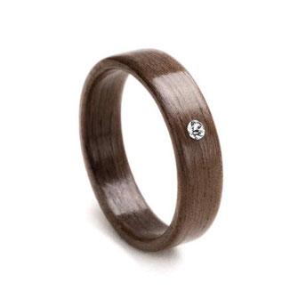 Nuss mit Swarovski Kristall, Holzschmuck, Holzring, Hochzeitsring, Partnerring, Trauring, www.holz-liebe.at/shop/ringe