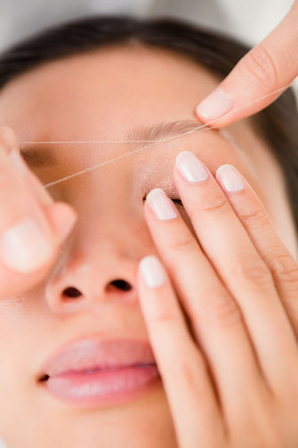Nahaufnahme Haarentfernung mit Faden
