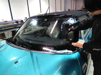 施工中の様子:車のフロントガラスフィルム全面貼り【カーフレッシュ新潟】