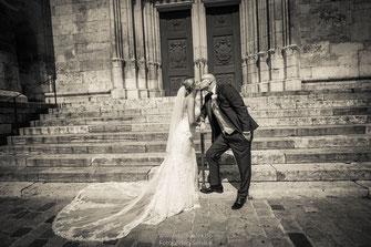 Lustige Hochzeitsfotos Regensburg, Ideen für Hochzeitsfotos in Regensburg, Hochzeitsfotos im Rathaus Regensburg, Fotograf für standesamtliche Trauung im Rathaus Regensburg