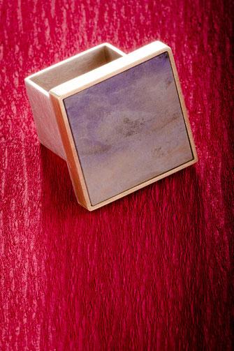 Ring, Jade / lila,  750/- Gelbgold,  925/- Silber, Urte Hauck, Schmuckdesignerin, Hannover, Foto: Bernd Euler/ApM-Media.de