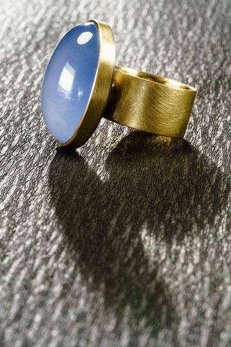 Ring / Chalcedon / 750/-Pd Weißgold / 750/-Gelbgold