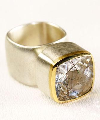 Ring von Urte Hauck. Turmalinquarz, 750/-Gelbgold/ 925/-Silber