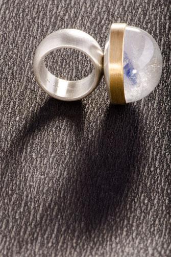 Ring von Urte Hauck. Hemmmingen, Paraibaquarz  900/- Gelbgold  925/- Silber, Urte Hauck, Schmuckdesignerin, Hannover, Foto: Bernd Euler/ApM-Media.de