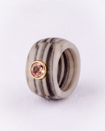 Ring, Streifencalcit, Turmalin  750/- Gelbgold, Urte Hauck, Schmuckdesignerin, Hannover, Foto: Bernd Euler/ApM-Media.de