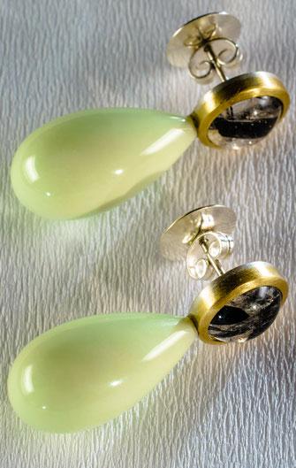 Ohrstecker der Schmuckdesignerin Urte Hauck.  mit Turmalinquarz, Zitronenchrysopras, 750|-Gelbgold, 925 | -Silber