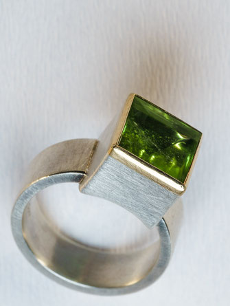 Ring von Urte Hauck, Hemmingen mit Peridot/grün 750/-Gelbgold, 925/-Silber