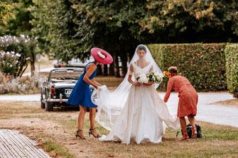 photographe mariage rennes, mariée entouré de sa maman et amie en robe de mariée