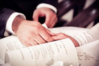 Hochzeitspaar Händchen halten Hochzeitsfoto close-up