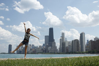 Blogger in front of the Chicago skyline