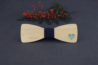 Noeud papillon bois insolite avec un coeur bleu dessiné