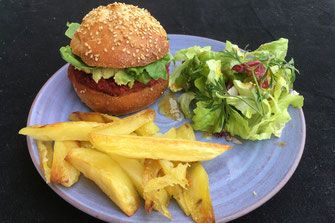 assiette burger végétarien fait maison frites salade