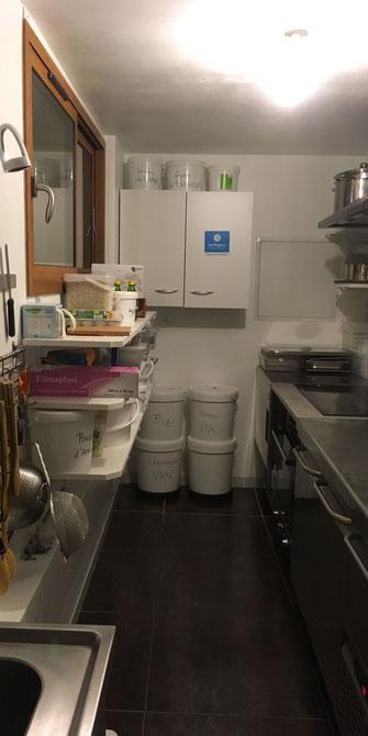laboratoire de cuisine professionnel avec équipements en inox