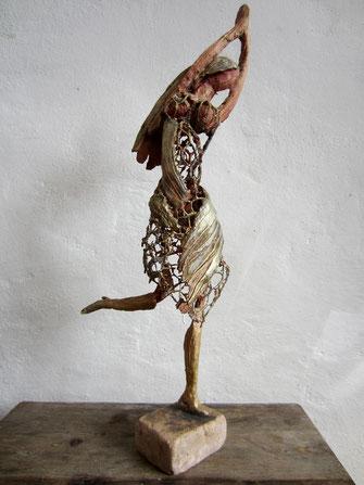 Tänzerin; 2018; 35cm; Paperclay Draht