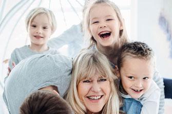 Pädagogin und Kinder Freude