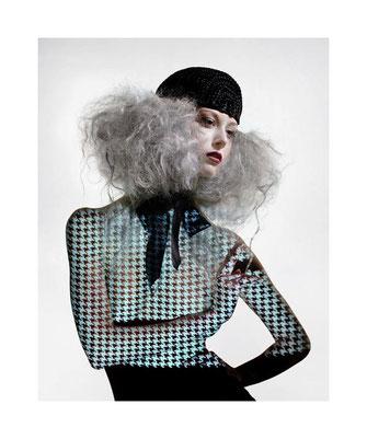 photo portrait, mode, fashion, maquillage professionnel, maquilleuse Toulouse Carole Petrigno, rouge à lèvres rouge, smoky eyes prune, coiffure, coiffeuse Sandrine Ruiz, catogan, cheveux gris, stylisme rétro projection, haute couture française, Lagerfeld