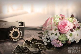 alte schwarzweiß Fotos alter Fotoapparat romantischer Blumenstrauß auf Tisch