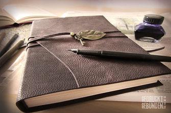 Lederbuch braun Tagebuch Notizbuch Ledereinband Anhäger Blatt mit Schlüssel auf Schreibtisch