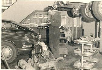 Piet aan het sleutelen bij Autopon op de Overtoom