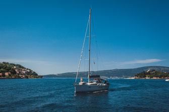 Mit dem Boot entlang der Küste des adriatischen Meeres. Bild Datei für kommerzielle Zwecke kaufen.