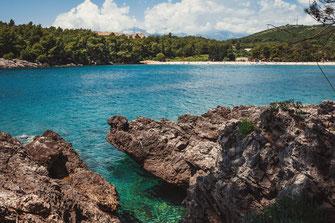 Beach Pržno Plavi Horizonti Strand an der Küste von Montenegro Adria Landschaft Meereslandschaft Felsen Meer Meerwasser Aussicht Natur Wild Sonne Sommer Urlaub Paradies Wetter