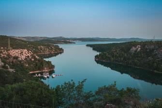 Blick auf Prokljansko Jezero See von der Sibenik Brücke mit Standard oder erweiterter Lizenz für kommerzielle Zwecke kaufen