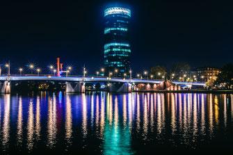Westhafen-Tower bei Nacht in Frankfurt als Wandposter