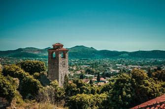 Der Wachturm von Stari Bar in Montenegro Berglandschaft Crna Gora Sehenswürdigkeit Berge Stadtlandschaft Stadtaufnahmen Landschaft Stadtpanorama Urlaub Urlaubsort