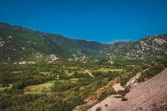 Kroatiens unendliche Berge und Berglandschaft am Meer Landschaft Nationalpark Kroatien Landschaftsaufnahmen Naturaufnahmen Auto Straße Aussicht Landschaftsfoto