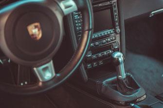 Innenraum Interior Porsche 997 Sportwagen GULF Folierung LeMans Sportwagen Fahrzeug Technik Sammlerfahrzeug Sammlerauto Sammlersportwagen Auto Fahrzeuge Rennwagen Gangschaltung Handschalter 9FF Klappenauspuff Turbos Ladeluftkühler Software Bilstein