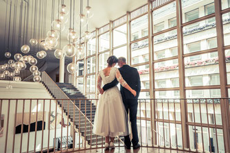 Hochzeitsfotograf aus Frankfurt am Main und Rhein-Main Gebiet für authentische Hochzeitsfotos und -Videos als Reportage oder mit nachgestellten Szenen