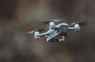 Qualitative und professionelle Aufnahmen ausschließlich mit einer 4K Drohne, ob für Hochzeiten, Immobilien oder andere Zwecke.