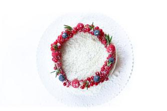 Fruchtige winterliche Torte mit Kokosraspel und Beeren dekoriert kostenlos herunterladen