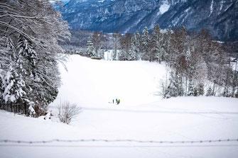 Menschen mit Schlitten im Schnee
