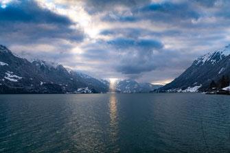 Brienzersee im Winter - Sonnenlicht durchbricht die Wolken - Foto für private Zwecke, Bilder für Website und Werbezwecke kostenlos lizenzfrei herunterladen